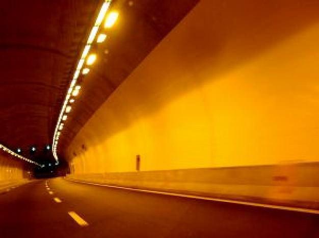 Sous l'emprise de l'alcool, une femme revient en marche arrière dans un tunnel