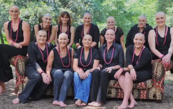 En soutien à leur amie atteinte d'un cancer du sein, elles se rasent le crâne