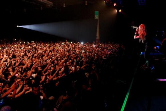La chanteuse AVRIL LAVIGNE, effrayée, s'enfuit en plein concert