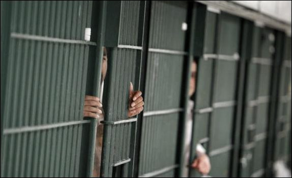 Partie en vacances avec un ancien détenu, la directrice de prison a été sanctionnée