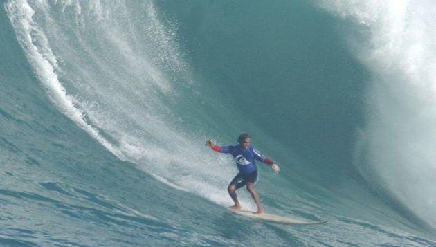 Plonger dans une vague de 10 mètres pour enlever une tumeur à l'oeil