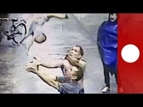 Chine : Un an l'enfant chute de la fenêtre, un homme le rattrape au vol
