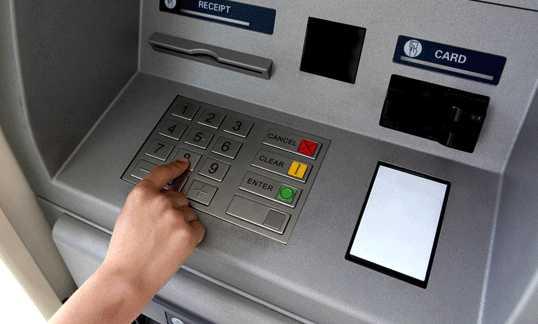 Deux Ados piratent un distributeur de billets comme stipulé sur internet.