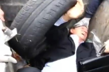 Un député Ukrainien jeté dans une poubelle par des hommes en colère